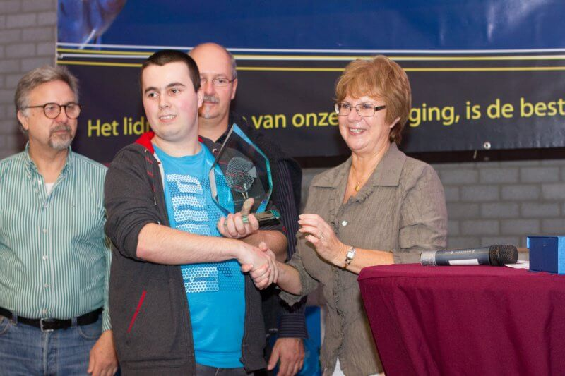 Mark Dobronyi mag zijn prijs in ontvangst nemen van Mw. Annie De Maesschalck uit België.