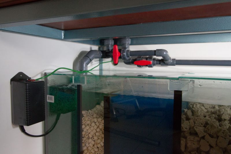 De linker leiding is van de overloop (drukloos) en de rechter leiding is de wateraanvoer richting aquarium (drukleiding).