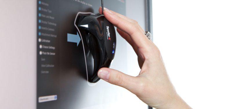 De kleinste kleur afwijkingen worden door speciale sensoren waargenomen en de weergave wordt met software aangepast. Opzicht een mooi staaltje van techniek maar alleen bedoeld voor de professionele markt.