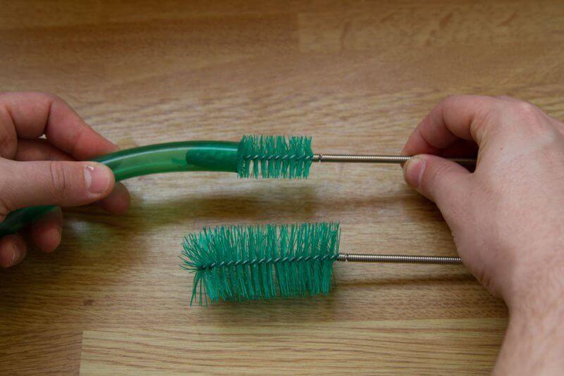 Afbeelding: potfilterslang schoonmaken met slagenborstel